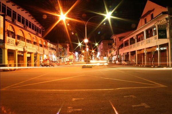 夜晚的泗里街。