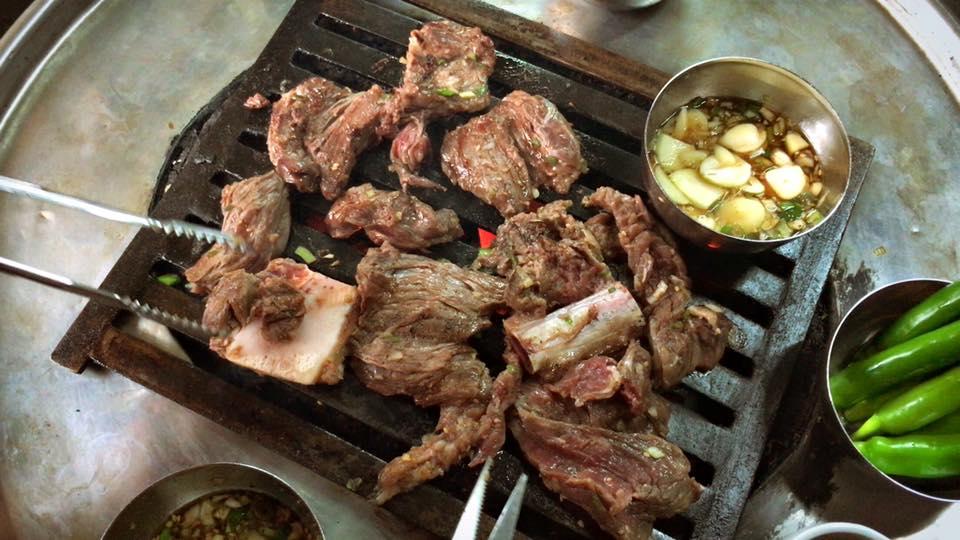 At 新村站著吃烤肉.